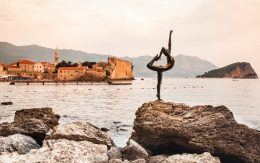 Pomnik tancerki na skale wybrzeże miasta Budva, Czarnogóra
