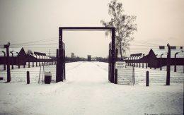 Wewnętrzna cześc obozu Birkenau obok baraku kanady