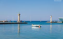 Ujście portu w Rodos. Miejsce gdzie stał pomnik kolosa