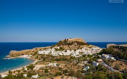 Miasto Lindos i wzgórze akropolu. Grecka wyspa Rodos