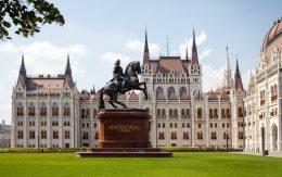 pomnik konia przed parlamentem Budapesz
