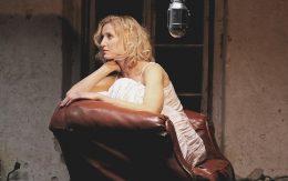 kobieta na fotelu