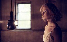 kobieta-patrzy-na-swiatlo