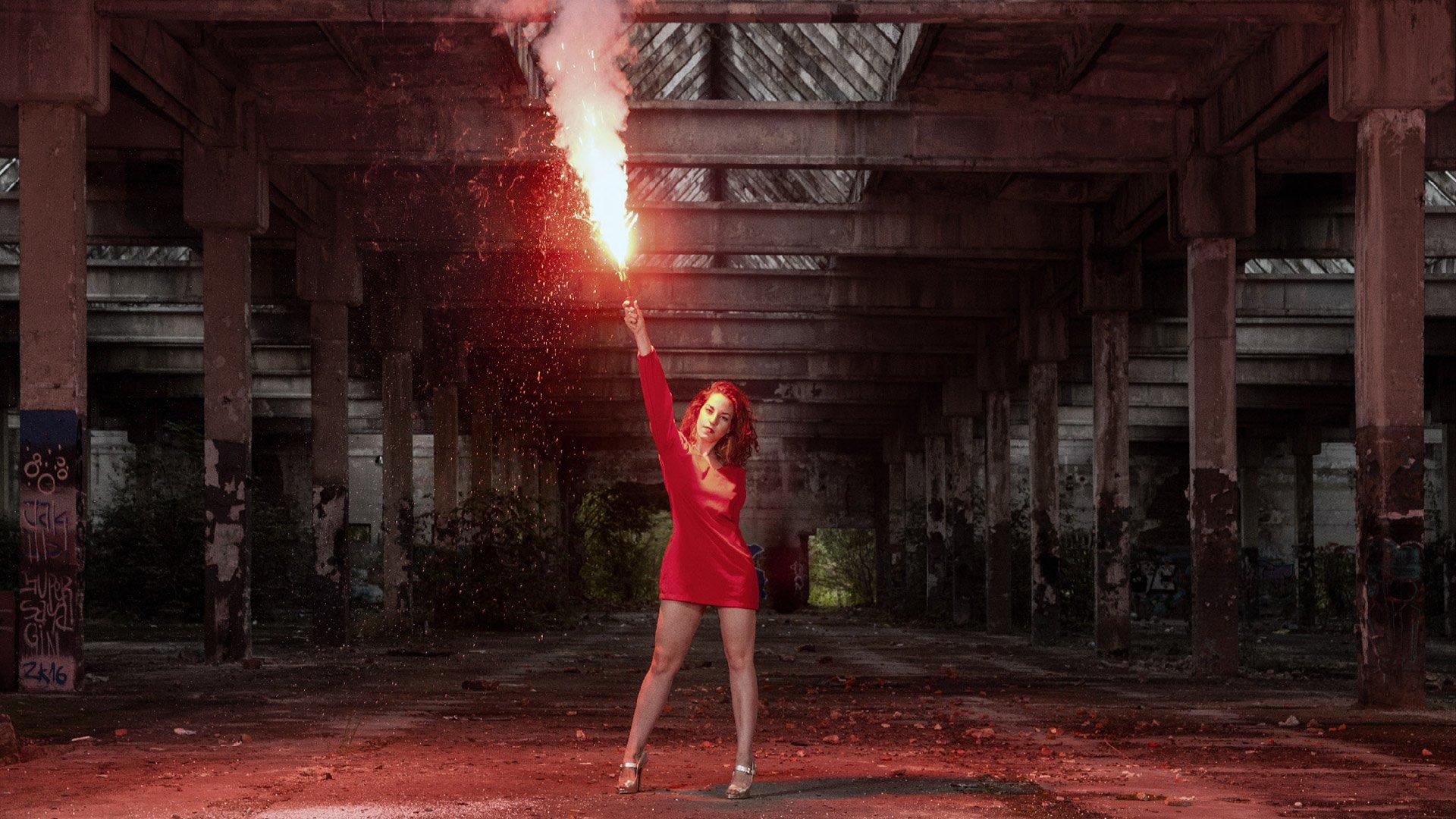Dziewczyna z czerwona flarą
