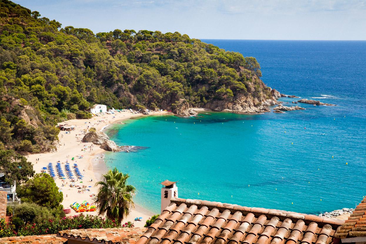 """Widok z góry na plażę """"platja de canyelles"""""""