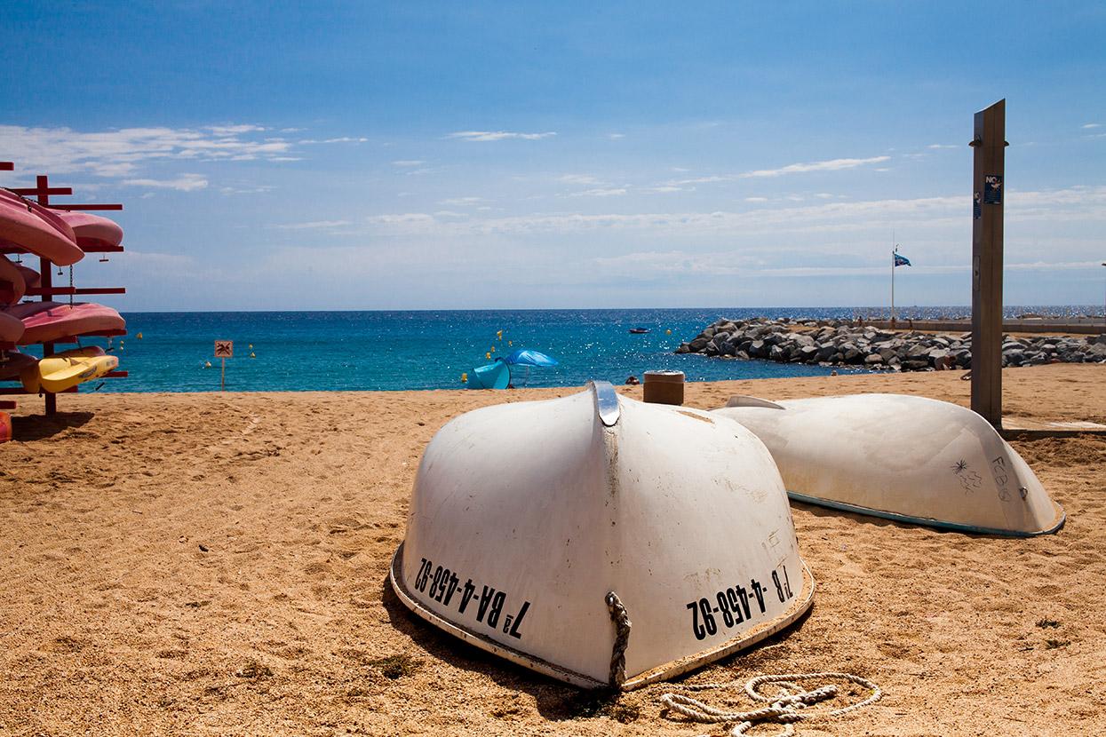 Łodzie na plaży platja de canyelles
