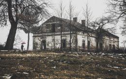Stare ruiny dworu Grojec - Łazy.