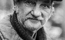 Starszy mężczyzna w berecie