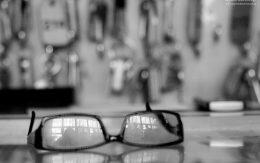 Odbicie w szkle okularów