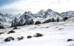 Kamienie na polanie widok na Tatrzańskie szczyty