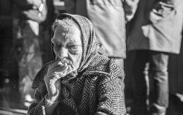 Starsza kobieta z papierosem