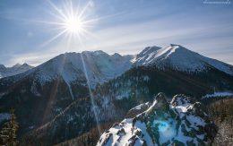 Zachodzące słońce na szczytami górskimi. Gęsia Szyja, zima 2018.