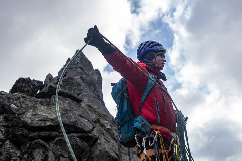 Alpinista zwija linę